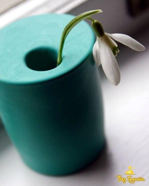 Милая и простая ваза из стакана и воздушного шарика