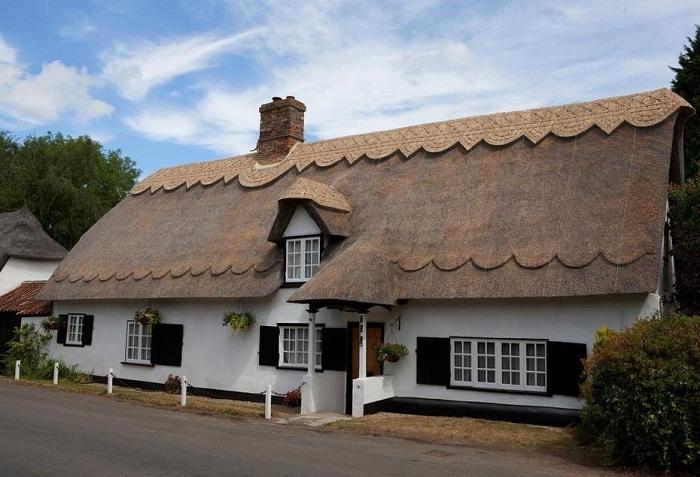 Выбеленные стены, маленькие окна со ставнями, оригинальная крыша из камыша — основной стиль оформления экстерьера в графстве Девоншир.
