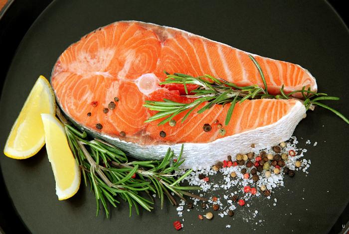 Приготовление рыбы на сковороде.