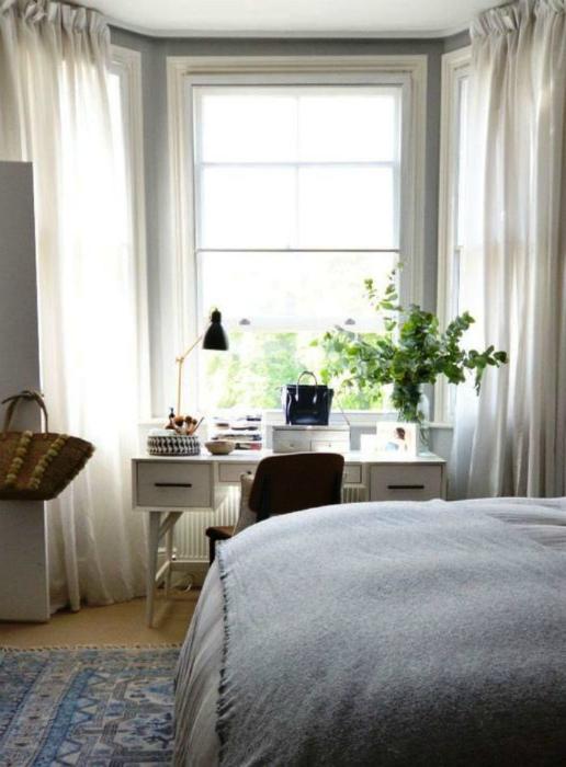 Окна в маленькой спальне. | Фото: Home Renovates.