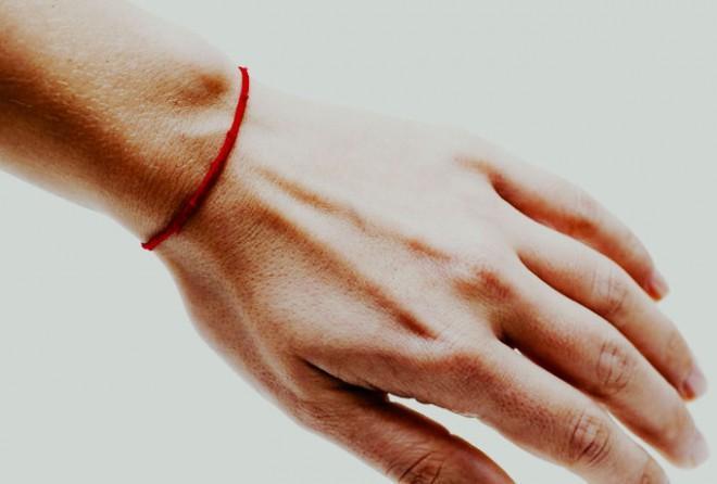 Зачем люди носят красную нить?
