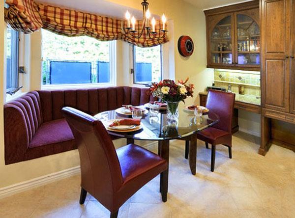 Овальный стеклянный стол на кухне