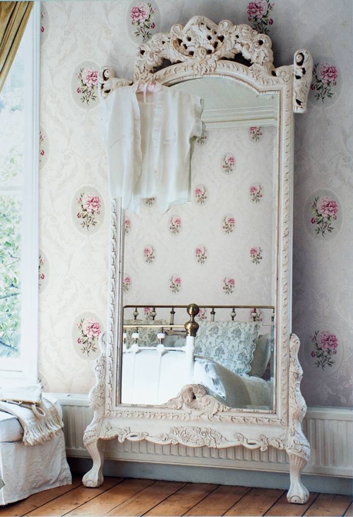 зеркало в деревянной раме