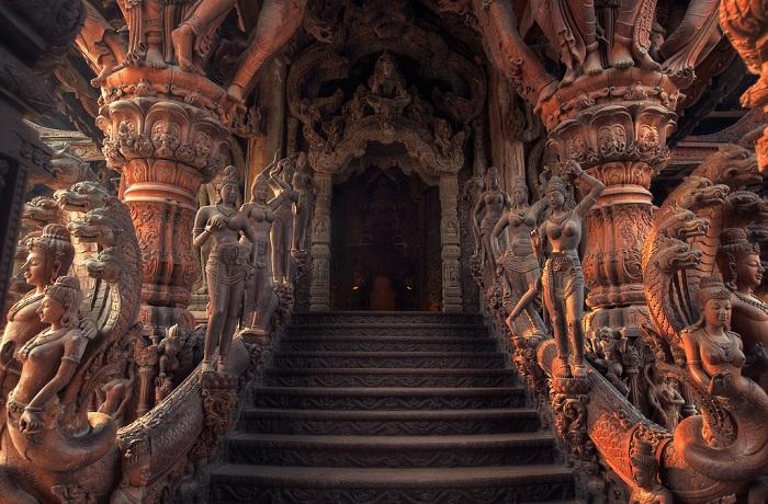 Ступени, ведущие в один из залов храма (Паттайя, Таиланд).