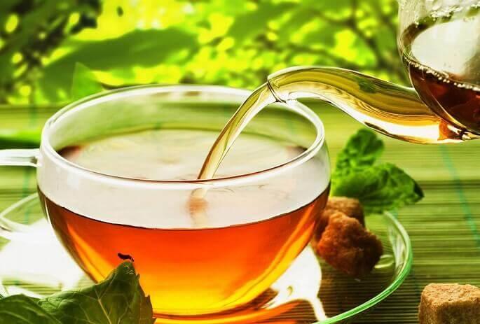 Отличное лечебное действие оказывают и чаи на основе трав