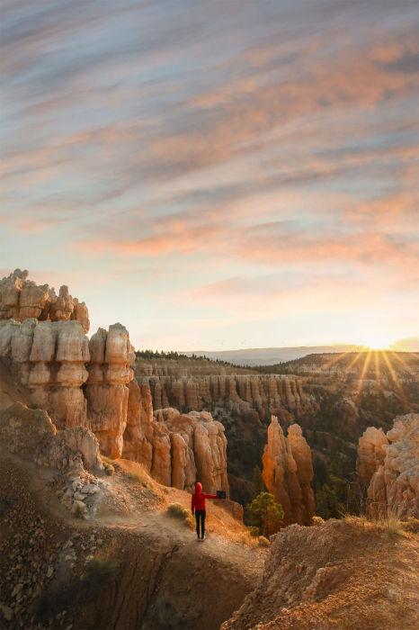 Бог солнца Ра опускает свои последние яркие лучи в горных склонах.