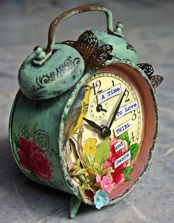 Идея часов-будильника для спальни. Совсем необязательно искать полностью функционирующий - ему можно отвести только декоративную роль. Кроме того, часовой механизм здесь всегда можно заменить на надежный современный с питанием от батареек