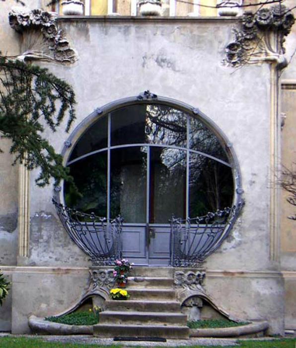 Круглая стеклянная дверь.