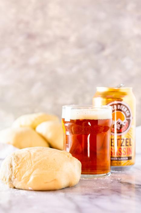 Пиво – превосходный ингредиент для замешивания теста. /Фото: i0.wp.com