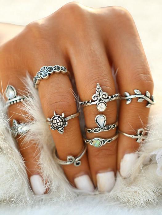 Кольца на фалангах.