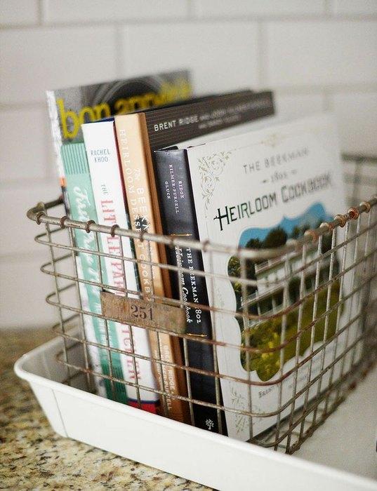 Идея №15. Металлическая корзинка для хранения книг