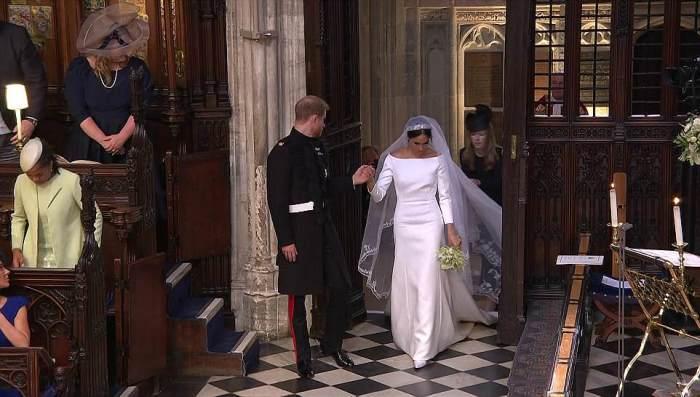 Дизайнер Клеар Уайт Келлер помогала невесте с платьем, как могла.