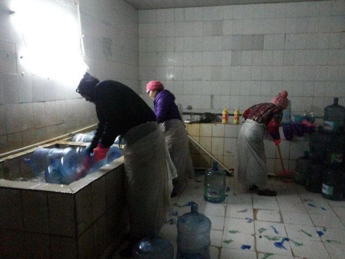 Как в Китае разливают бутилированную воду (9 фото)