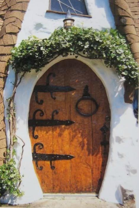 Сказочная дверь овальной формы.