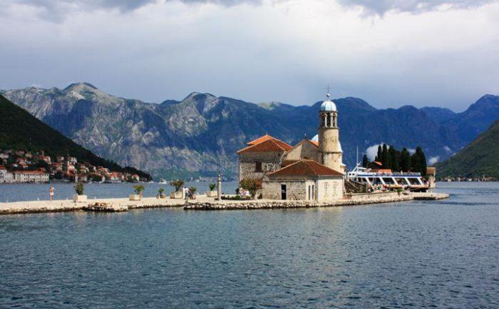 Искусственно созданный маленький остров может похвастаться не только маяком и знаменитой католической церковью, но и красивой захватывающей легендой своего возникновения.