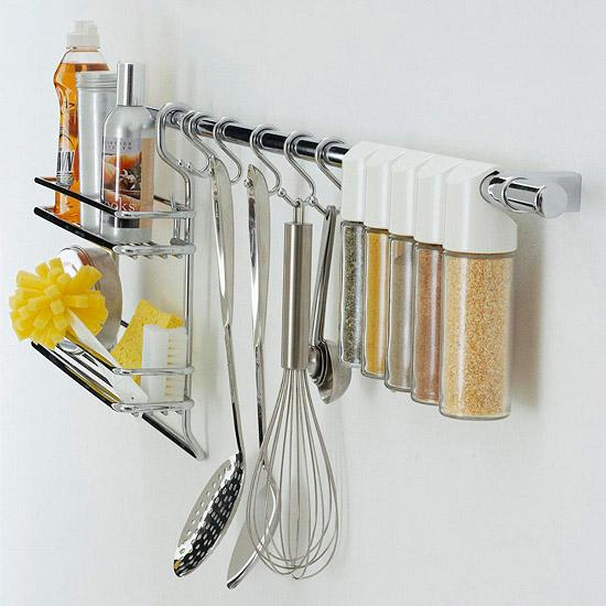 Способы хранения специй на кухне: на рейлинге