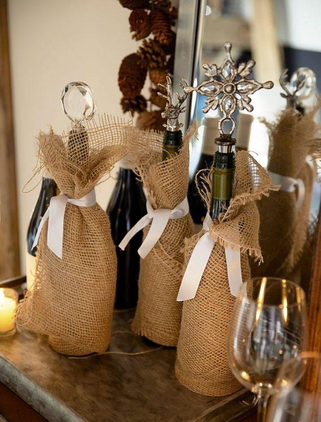 Обычная декоративная мешковина послужит прекрасным декором для новогоднего напитка