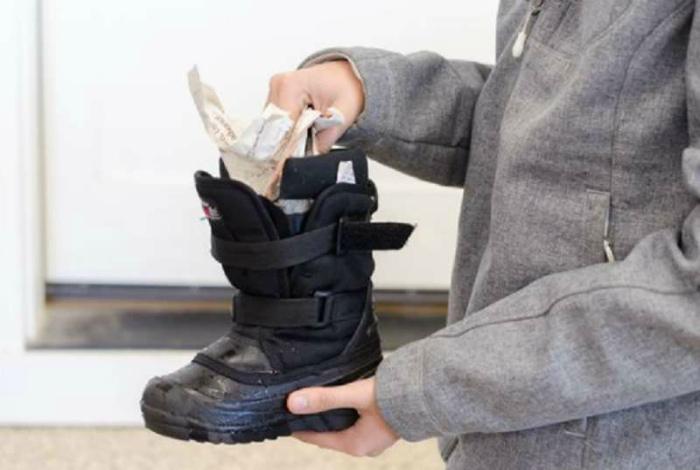 Высушить влажную обувь. | Фото: navseruki.guru.