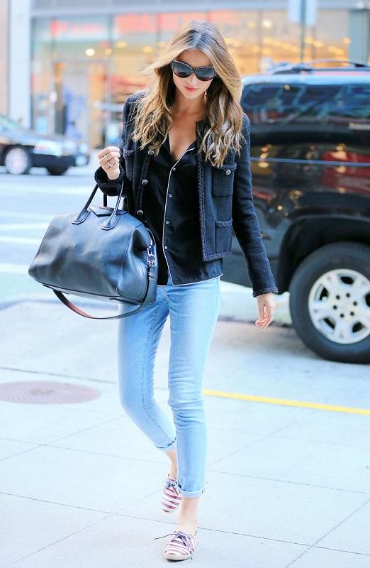 Девушка в голубых джинсах и темной, джинсовой рубашке