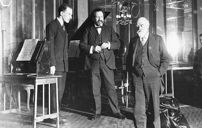 Лев Термен, дирижёр сэр Генри Вуд и физик сэр Оливер Лодж. Лондон, 1927 | Фото: izbrannoe.com