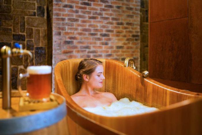 Ванна из пенного напитка вполне способна заменить SPA-процедуру в салоне. /Фото: img.bumppy.com