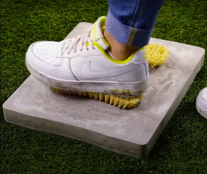 Полезное изобретение для чистоты полов и обуви. /Фото: youtube.com