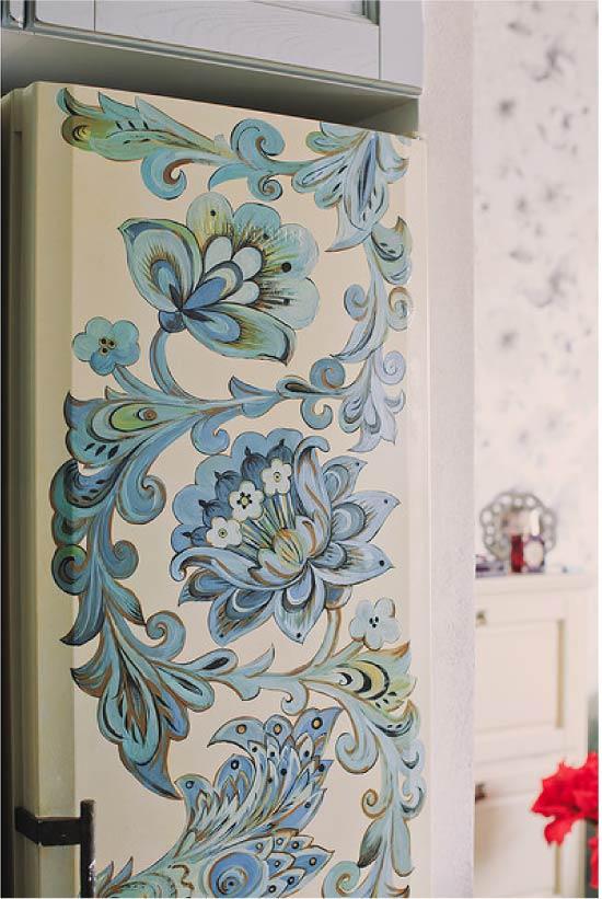 Холодильник с нарисованными цветами