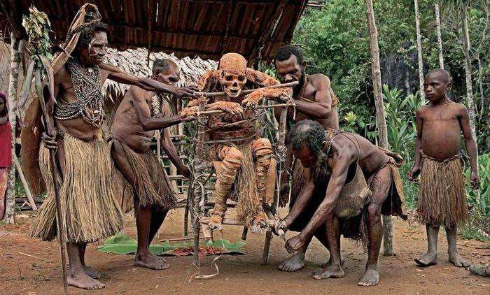 Папуасы мумифицируют своих вождей. | Фото: gloom.name.