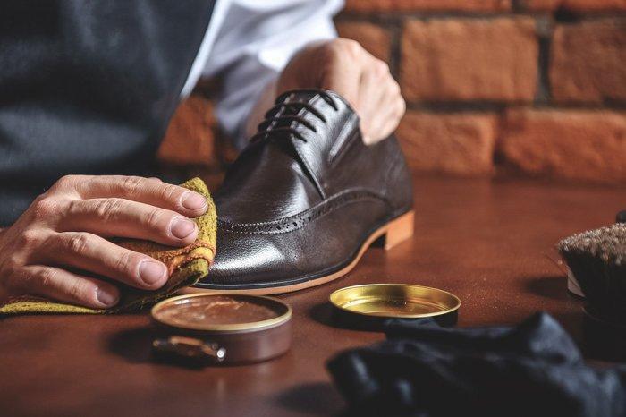 Махровый носок поможет отполировать обувь. /Фото: magmens.com