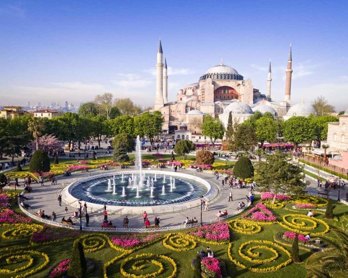 Наравне с другими зданиями исторической части Стамбула Софийский собор был внесен в список Всемирного наследия ЮНЕСКО. | Фото: tiqets.com.