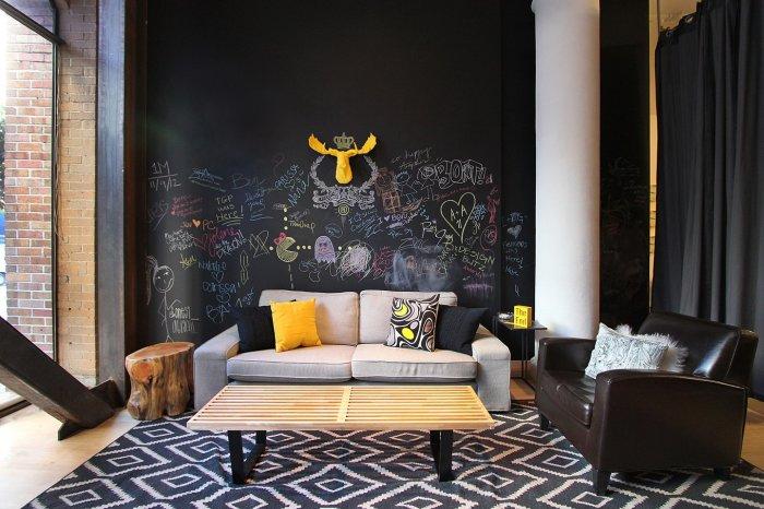 Дизайн стены над диваном: доска для записей.