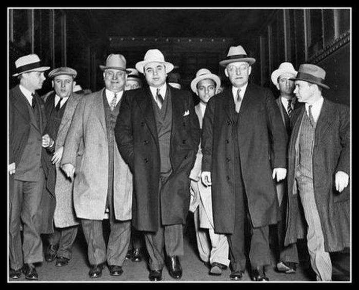 Благодаря Капоне появился термин «отмывание денег». Он открыл в США сеть прачечных и декларировал часть награбленного как доход от деятельности сети