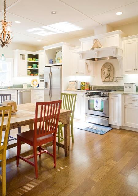 Яркое обновление: 12 идей для вашей кухни с разноцветными стульями фото 5