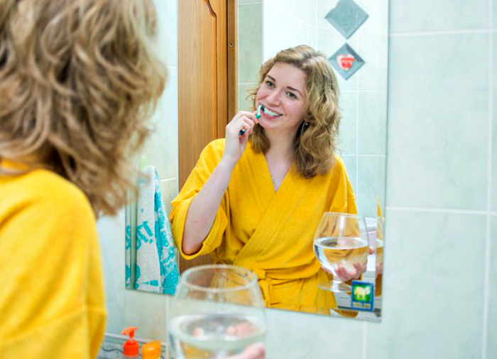 Чистка зубов со стаканом. | Фото: Вечерний Гродно.