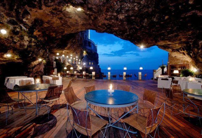 Ресторан The Grotta Palazzese внутри пещеры, Италия