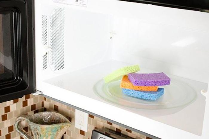 При момощи смоченной водой губки для мытья посуды поможно без усилий отмыть микроволновку.