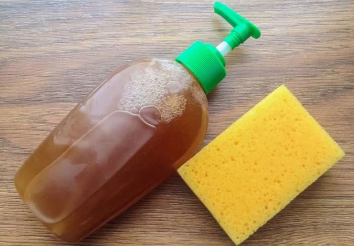 Сделайте раствор на основе хозяйственного мыла и мойте им посуду / Фото: i.mycdn.me