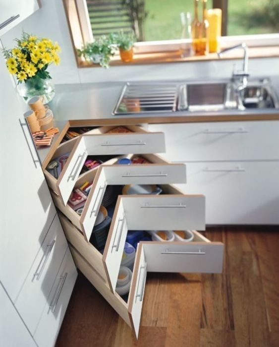 Узкие выдвижные шкафчики, которые прекрасно подойдут для хранения кухонной утвари.