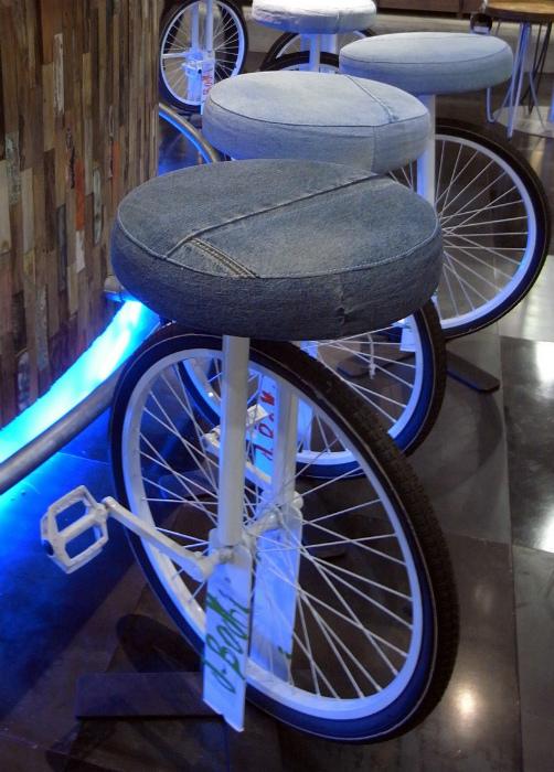 Высокие стулья из колес.