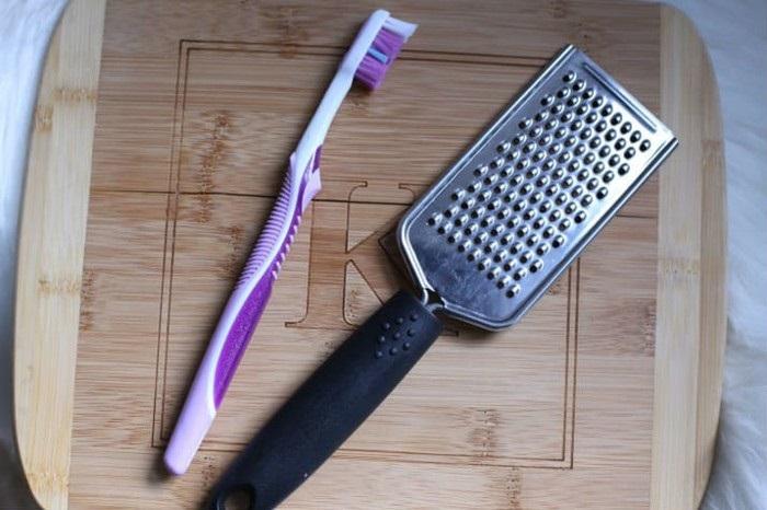 Зубная щетка с легкостью убирает остатки овощей с терки. / Фото: topspletni.ru