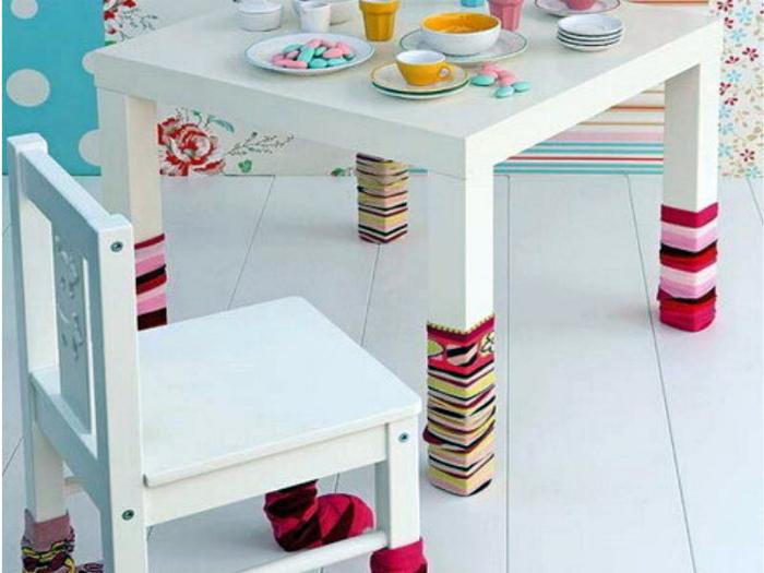 Носки на ножках мебели.