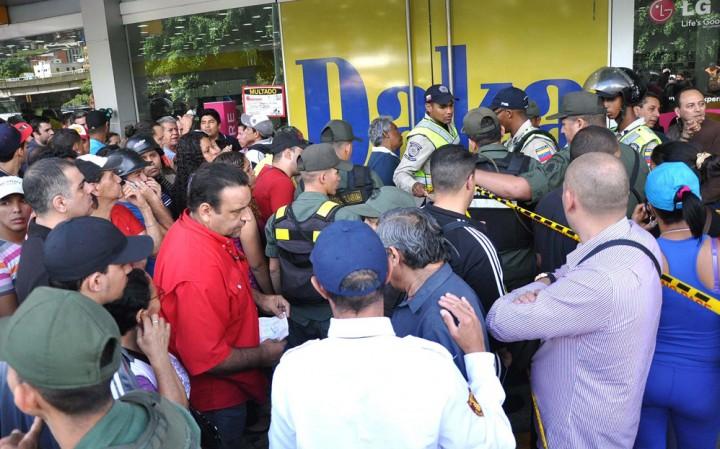 daka19n Социалистическая «оккупация» в Венесуэле: Армия захватила магазины и раздает товары почти бесплатно