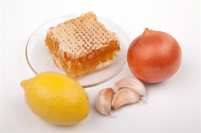 Медовая настойка с луком, чесноком и лимонным соком для укрепления иммунитета.