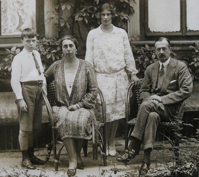 Кирилл Владимирович и Виктория Фёдоровна с детьми Кирой и Владимиром, конец 1920-х