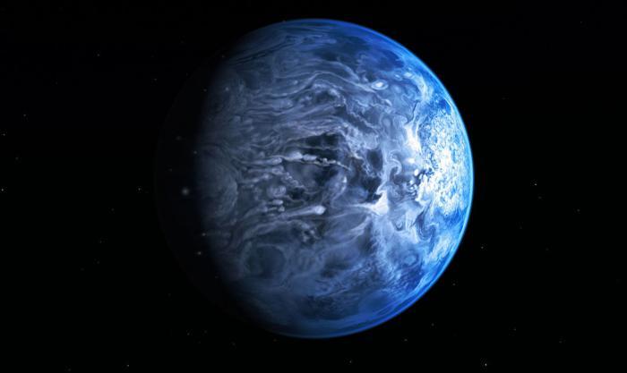 HD 189733b Синий оттенок этой планеты может напомнить вам мировой океан, или приятный летний денек. Но не стоит обманываться: этот огромный газовый гигант вращается по минимальной орбите, очень близко к своей звезде. Тут нет воды и никогда ее не будет. Температура — 900 градусов по Цельсию и лазурное небо — дождь из расплавленного стекла.