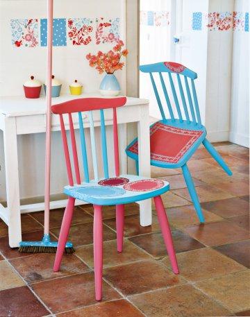 Деревянные стулья окрашены в розовый и голубой, и украшен узорами из бумаги трафарет салфетки
