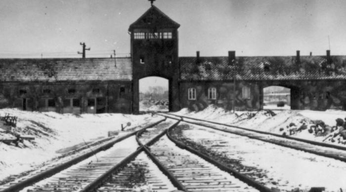 Британцы в Освенциме В документах Освенцима войска союзников нашли массу отчетов о побывавших в этом аду несчастных. Один из списков обнаружился в сейфе комендатуры — 17 имен британских солдат, пропавших без вести в самом начале войны. Напротив каждого имени имелась заметка «сейчас», «никогда» и «с тех пор»: многочисленные сторонники теории заговора и тому подобных мистификаций предполагают, что речь шла о путешественниках во времени.
