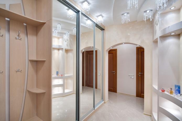 Современный интерьер прихожей с зеркальным шкафом-купе