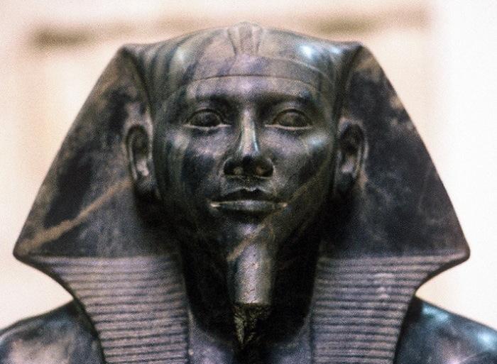 """Фрагмент статуи фараона Хефрена: согласно новейшим исследованиям, """"моделью"""