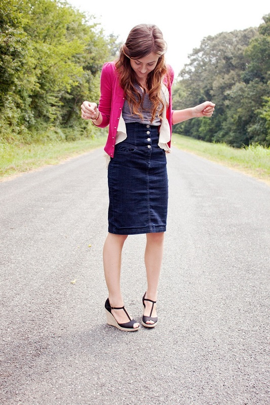 Девушка в темной, джинсовой юбке карандаш и ярком жакете